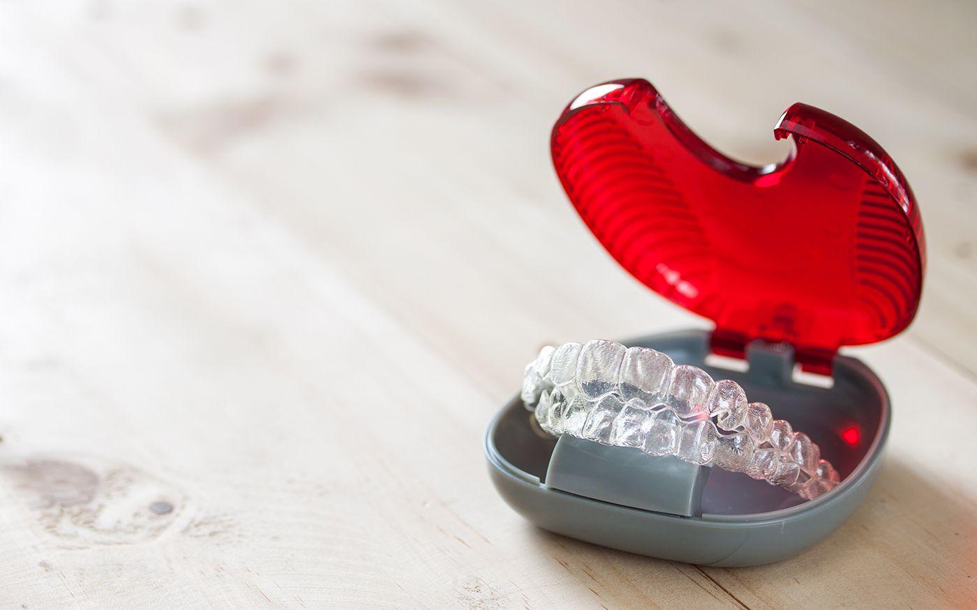 Retenedores de ortodoncia invisible en su caja