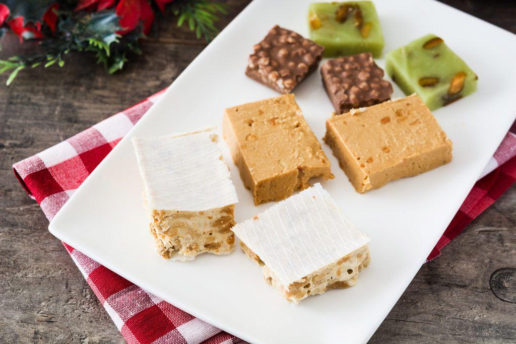 Entre los alimentos navideños que pueden dañar tus dientes se encuentran el turrón, los dulces, los mariscos y las bebidas con gas